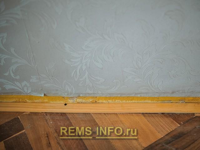 установка рейки по ширине старого плинтуса.
