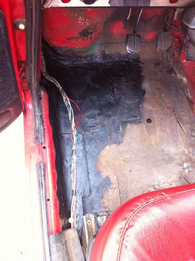 Дырка на напольном покрытие автомобиля